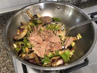 青椒炒猪肝,加入猪肝