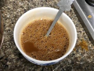 青椒炒猪肝,搅拌均匀,加入四汤匙凉开水拌匀,尝下咸淡根据个人口味添加少许盐定味