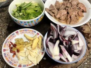 青椒炒猪肝,青椒切块,洋葱切块,姜切片,蒜切片,干辣椒泡椒切段
