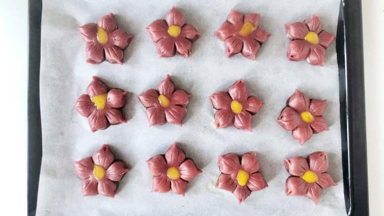 春光明媚,尝一口酥脆香甜的桃花酥,绽放在餐桌上的美丽花朵,全部做好后,在花朵中间点上一些<a style='color:red;display:inline-block;' href='/shicai/ 79908'>蛋黄液</a>。