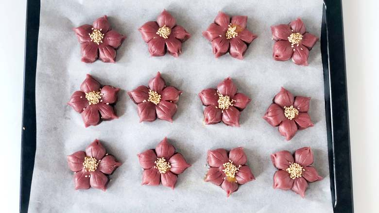 春光明媚,尝一口酥脆香甜的桃花酥,绽放在餐桌上的美丽花朵,在蛋黄液上撒上<a style='color:red;display:inline-block;' href='/shicai/ 678'>白芝麻</a>。