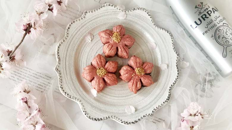春光明媚,尝一口酥脆香甜的桃花酥,绽放在餐桌上的美丽花朵,烤好啦,美美哒!