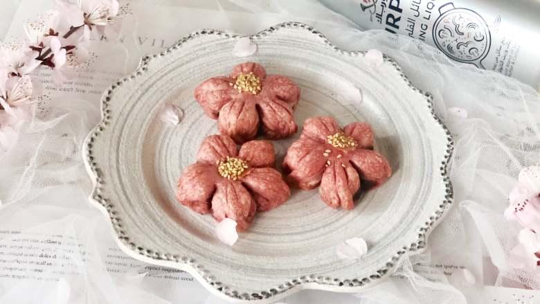 春光明媚,尝一口酥脆香甜的桃花酥,绽放在餐桌上的美丽花朵,取出晾凉后即可食用。