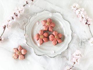 春光明媚,尝一口酥脆香甜的桃花酥,绽放在餐桌上的美丽花朵