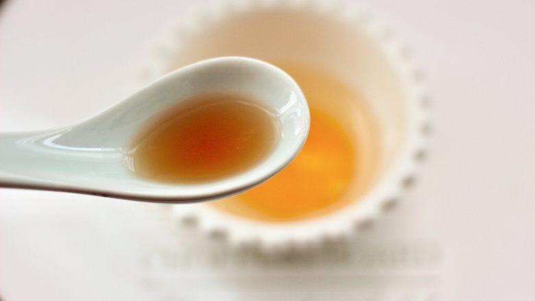 鸡蛋西红柿打卤面,鹅蛋打散在碗里,加入<a style='color:red;display:inline-block;' href='/shicai/ 718'>料酒</a>搅拌均匀。