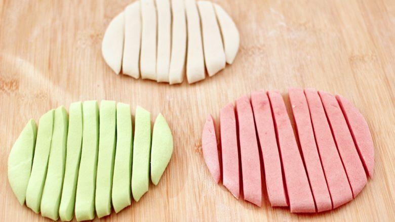 鸡蛋西红柿打卤面,用刀先切成宽1厘米的条状态。