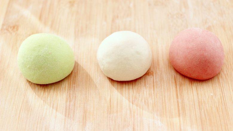 鸡蛋西红柿打卤面,菠菜叶榨汁过滤后,加入100克面粉和成绿色的面团,再取100克面粉加入红曲粉,加入55克清水和成粉红色的面团,剩下的100克面粉加入剩下的55克清水和成原色的面团。