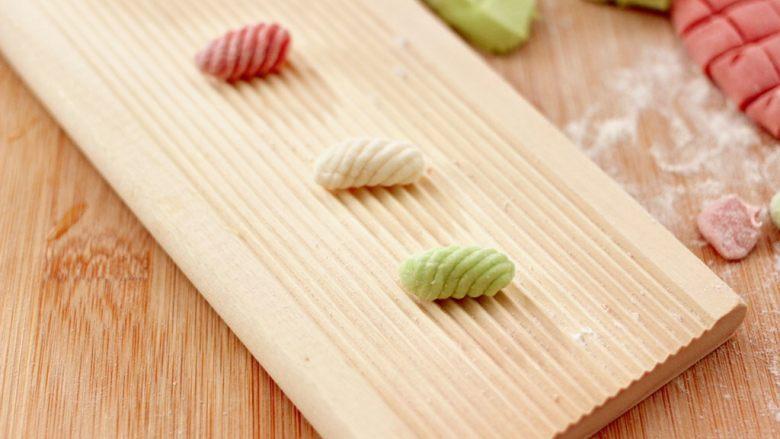 鸡蛋西红柿打卤面,可以借助工具或是寿司帘来卷,如果没有这些工具直接用大拇指推一下,一个贝壳就做好了呀。