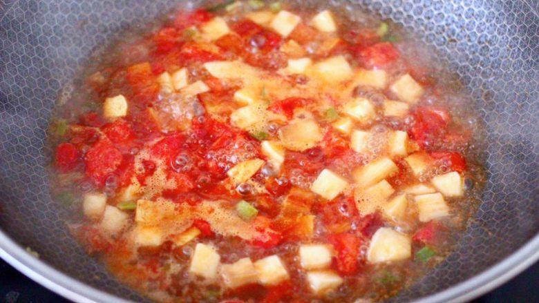 鸡蛋西红柿打卤面,大火炖煮至锅中汤汁粘稠时。