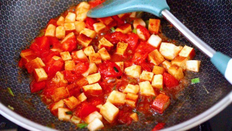 鸡蛋西红柿打卤面,大火继续翻炒至所有食材断生的时候。