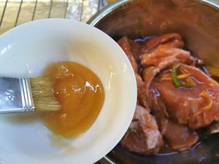 蜜汁叉烧肉(烤箱版),准备一勺蜂蜜