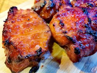 蜜汁叉烧肉(烤箱版),颜色鲜亮,趁热特别好吃