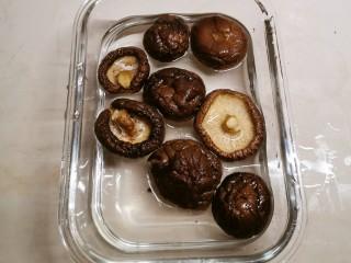 鸡腿炖香菇,干香菇清洗干净 用清水浸泡