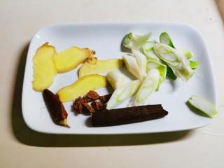 鸡腿炖香菇,准备好辅料 姜4片 葱1段切片 八角2个 桂皮 1块 干辣椒1个