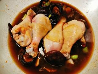 鸡腿炖香菇,放入煎好的琵琶腿 炖煮