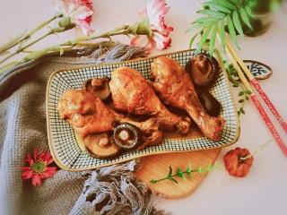 鸡腿炖香菇,出锅装盘即可