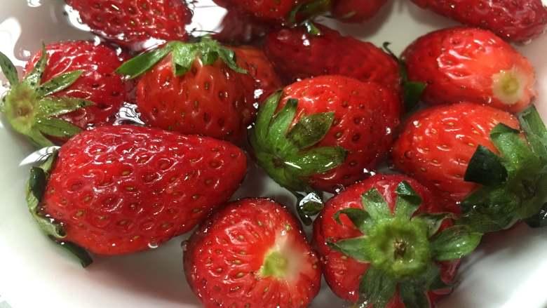 草莓山药,<a style='color:red;display:inline-block;' href='/shicai/ 592'>草莓</a>浸泡盐水中5分钟,这样清洗的更干净