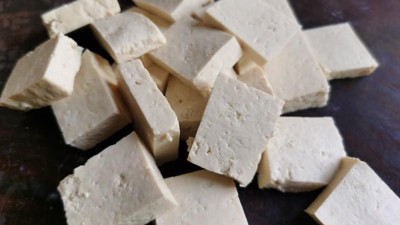 牛肉炖豆腐,将豆腐切片。
