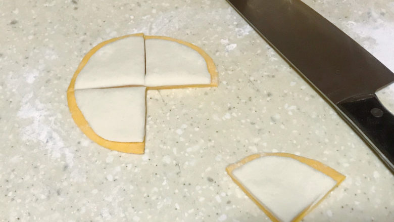 浅湘食光&花式馒头,把两个颜色面团擀成圆片叠放,用刀分成四个