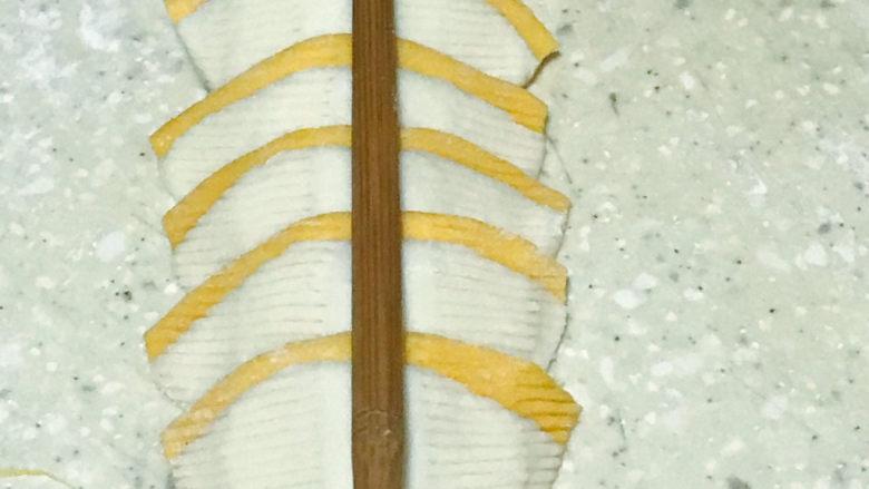 浅湘食光&花式馒头,先用梳子左右压出花纹,尖头朝下8片叠放