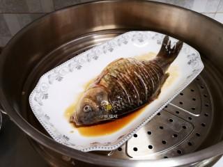 剁椒鲫鱼,将腌好的鱼放入锅中,鱼肚里放适量葱叶,大火蒸10分钟。