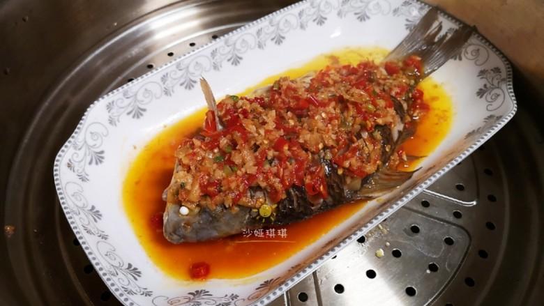 剁椒鲫鱼,将炒好的料汁浇在鱼背上。