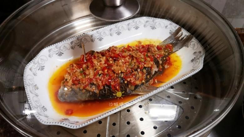 剁椒鲫鱼,盖上锅盖继续蒸5分钟即可。