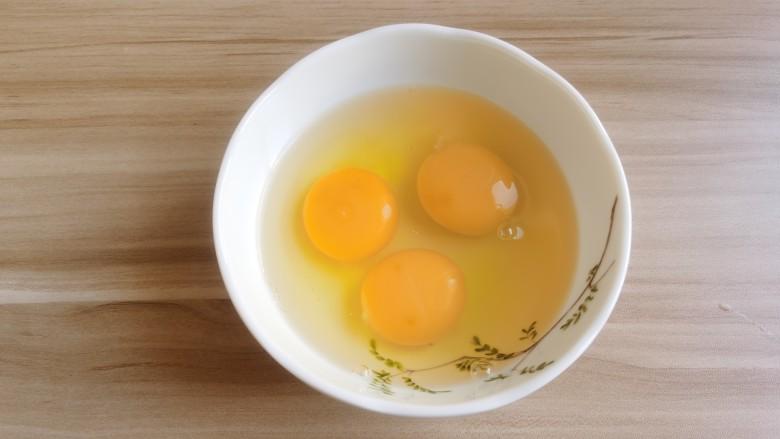 虾仁跑蛋,<a style='color:red;display:inline-block;' href='/shicai/ 9'>鸡蛋</a>打入碗中。