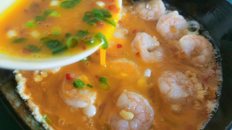 虾仁跑蛋,倒入混合好的蛋液。