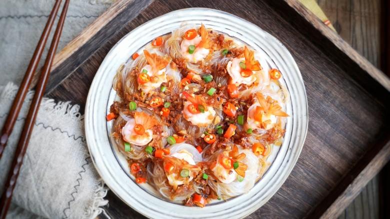 蒜蓉蒸大虾,尝上一口,蒜蓉独特的香味已经充分浸入到了鲜虾里。虾肉软嫩,入口咸鲜,底部的粉丝软软滑滑的,吸饱了料汁儿格外有滋味。