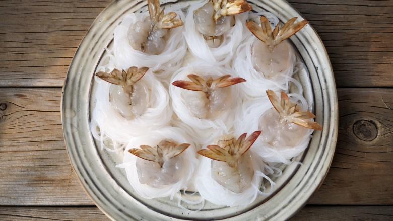 蒜蓉蒸大虾,将虾球摆入粉丝圈中间,将虾尾部展开。