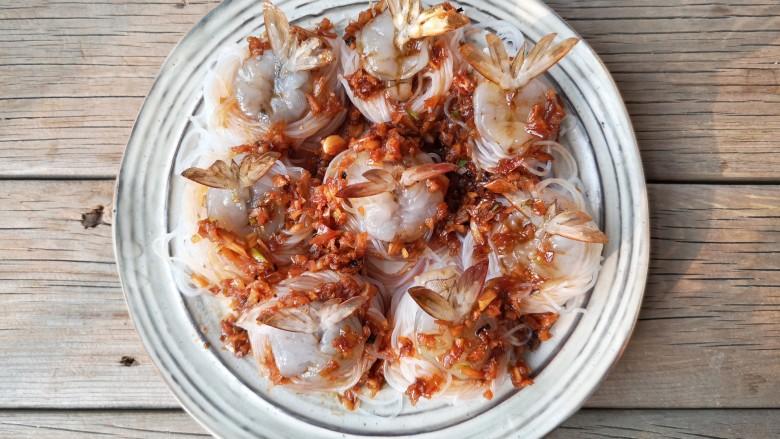 蒜蓉蒸大虾,将煮好的蒜蓉料汁浇在虾上。