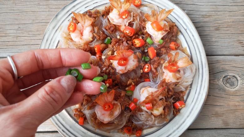 蒜蓉蒸大虾,吃之前再切点小香葱点缀一下,颜值立马提升了不少。