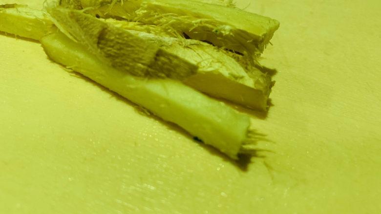 麻辣干锅虾,生姜切丝,待用;
