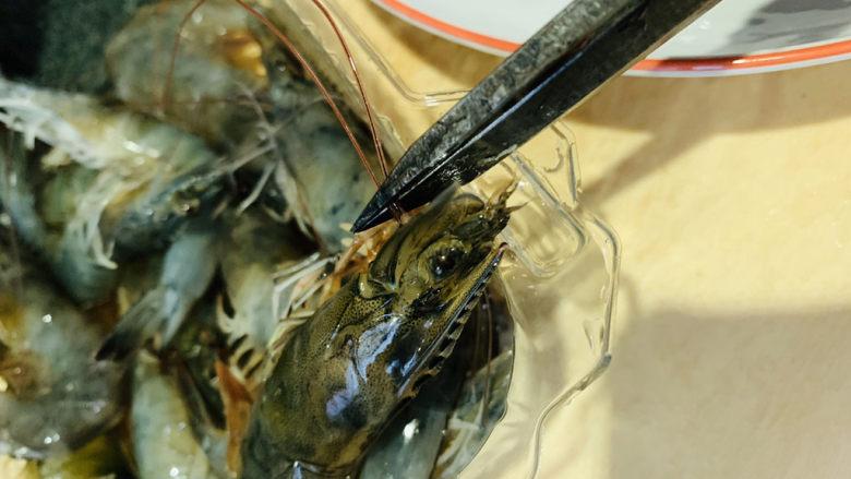 麻辣干锅虾,鲜虾剪掉虾须;