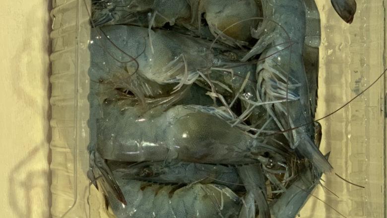麻辣干锅虾,鲜虾购买一盒250克,待用;
