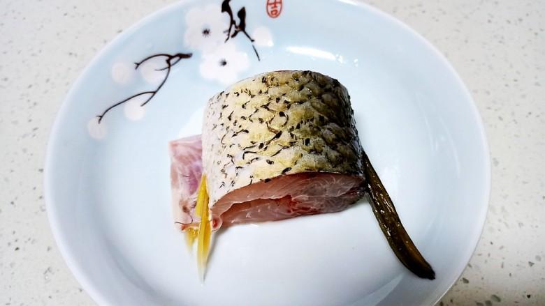 剁椒鲫鱼,取鱼一段
