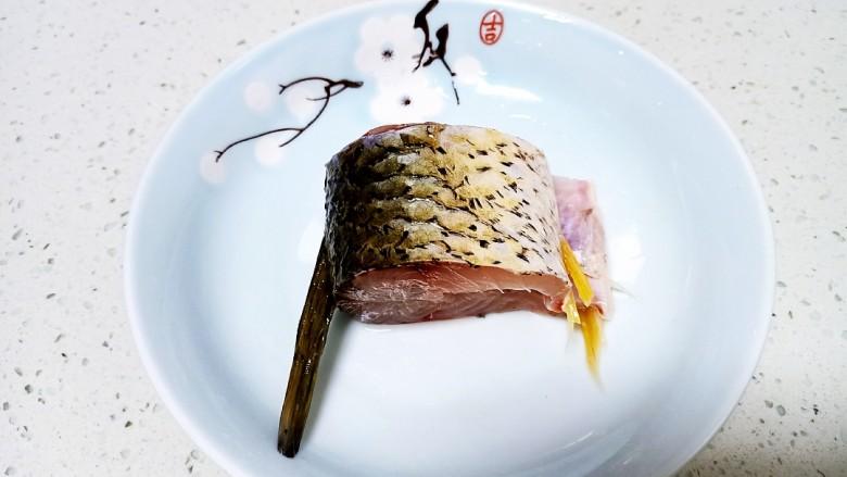 剁椒鲫鱼,均匀的抹上盐