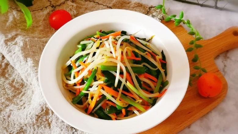 韭菜炒豆芽,出锅装盘