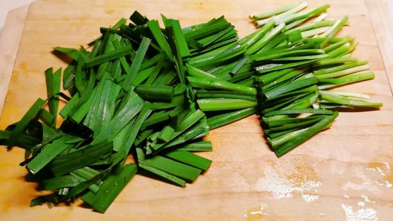 韭菜炒豆芽,切寸段