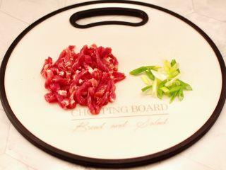 韭菜炒豆芽,梅花肉洗凈用刀切成細條,小蔥切碎。