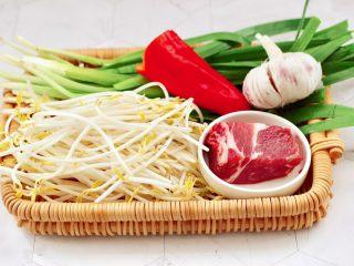 韭菜炒豆芽,首先備齊所有的食材,綠豆芽去根,韭菜摘洗干凈。