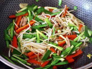 韭菜炒豆芽,大火快速翻炒至所有的食材和調料,混合均勻后即可關火。