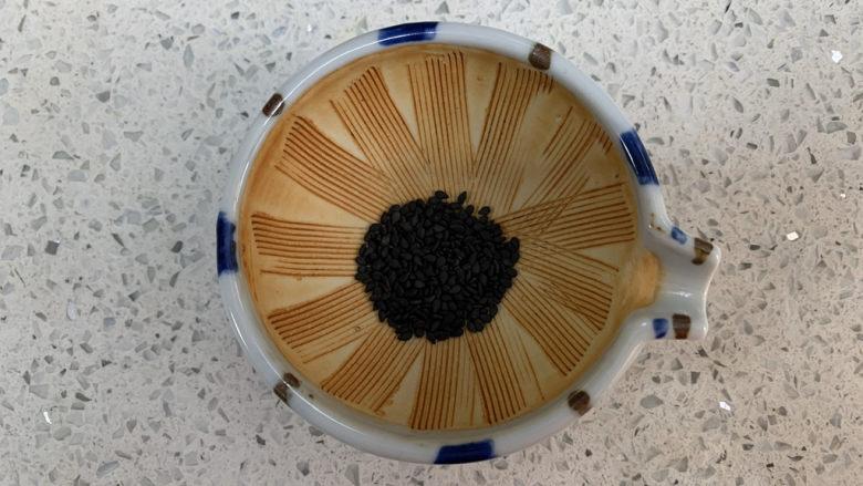 菠菜瘦肉肠(宝宝辅食),少量炒香的黑芝麻