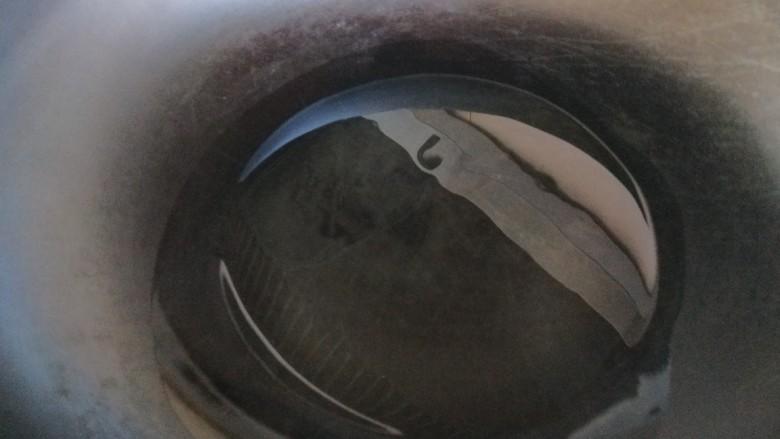 虾仁跑蛋,锅中倒入适量油烧热。