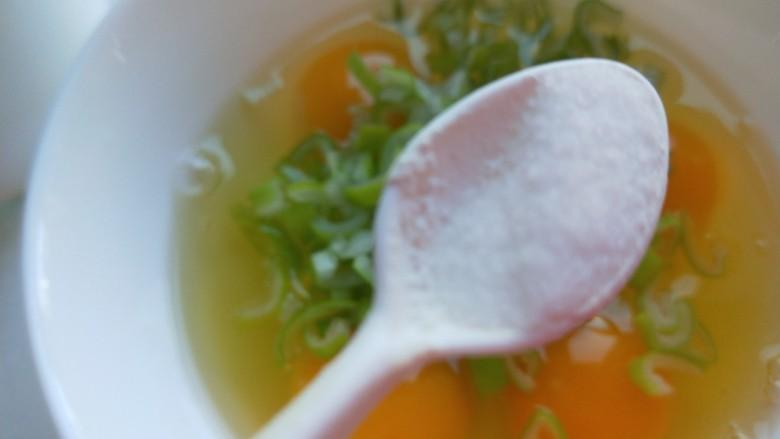 虾仁跑蛋,加入鸡蛋中,加入适量盐。