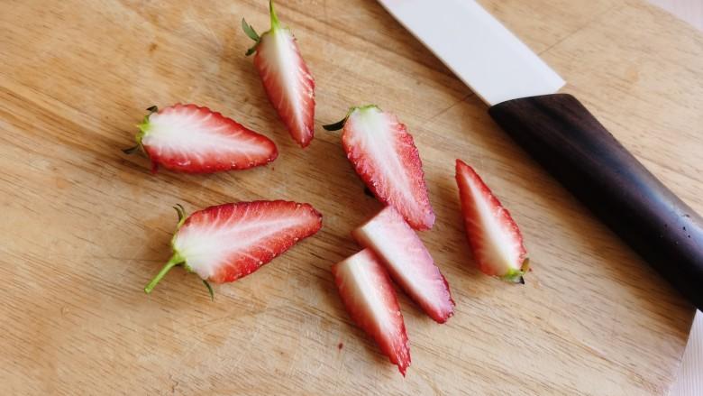 草莓山药,切几个新鲜草莓和芒果丁做装饰。