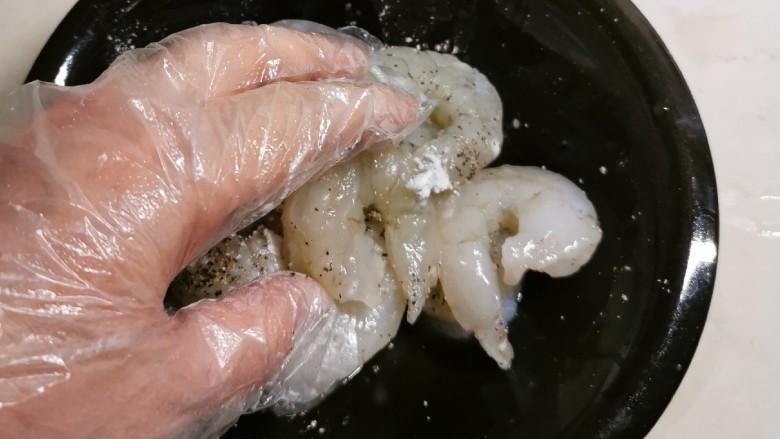 韭菜炒虾仁,抓拌均匀 静置腌制15分钟