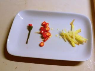 韭菜炒虾仁,红尖椒切小圈 姜切丝