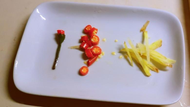 韭菜炒虾仁,<a style='color:red;display:inline-block;' href='/shicai/ 3446'>红尖椒</a>切小圈 姜切丝